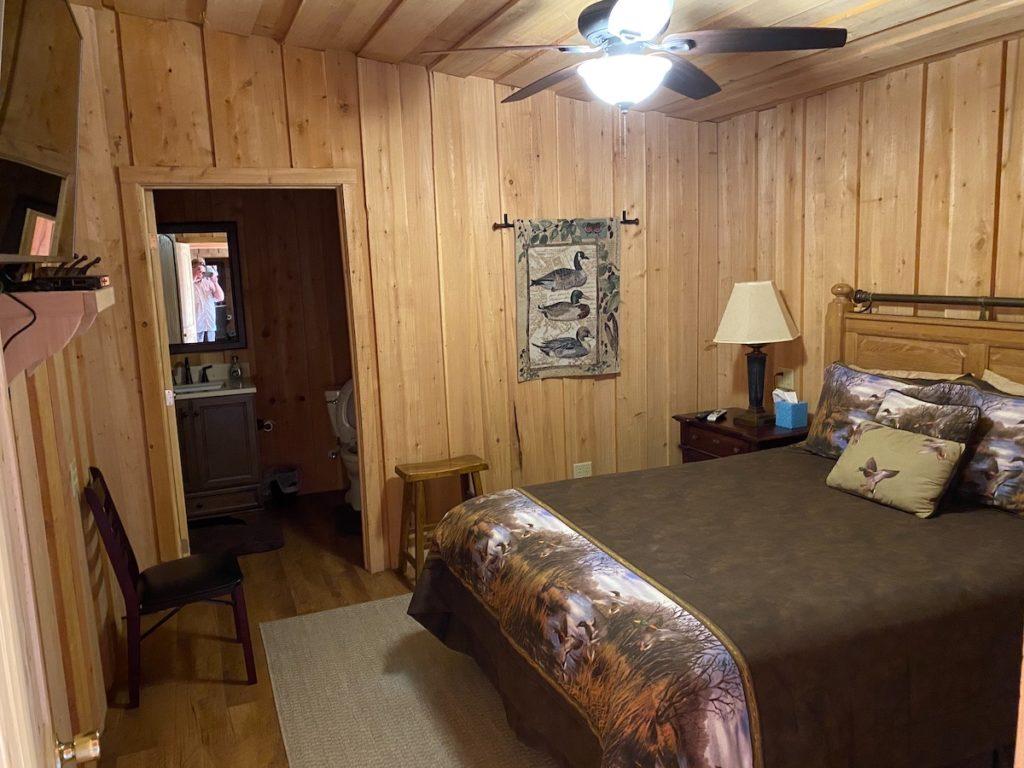 lodge queen bedroom2 1024x768
