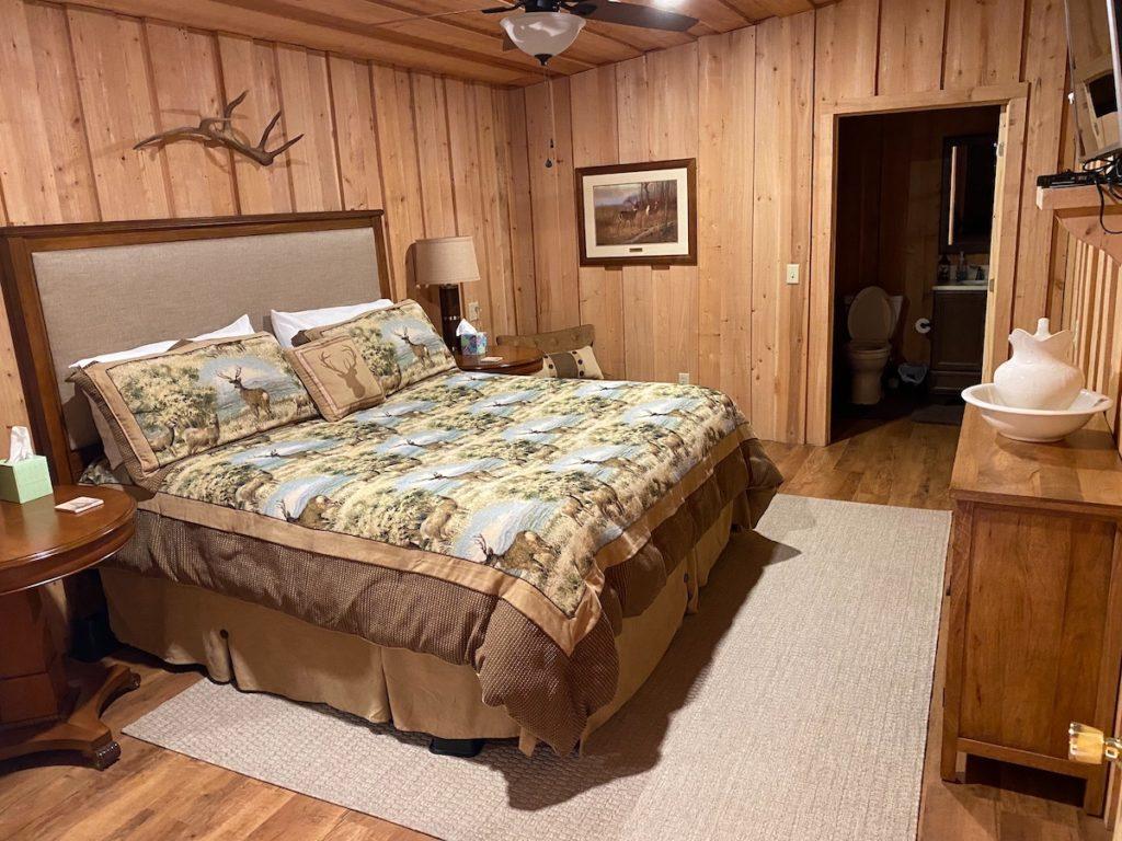 lodge queen bedroom3 1024x768